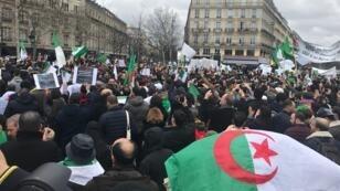 """جزائريون يتظاهرون في """"ساحة الجمهورية"""" في باريس ضد العهدة الخامسة للرئيس بوتفليقة، 2019/03/03"""