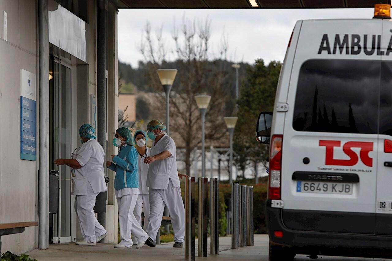 Personal del Hospital de Igualada (Barcelona) donde, al margen del estado de alerta que vive toda España, permanecen en confinamiento desde el pasado jueves al ser el principal foco de contagio de coronavirus en Cataluña.