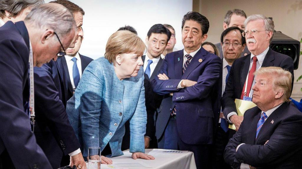 Foto de archivo tomada por el fotógrafo del gobierno alemán Jesco Denzel que muestra al presidente estadounidense Donald Trump (R) hablando con la canciller alemana Angela Merkel (C) y otros líderes del G7 durante la Cumbre del G7 en Canadá en 2018.