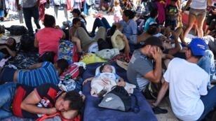 """Les migrants de la """"caravane"""" partie du Honduras font étape à Huixtla, au Mexique, le 23 octobre 2018."""