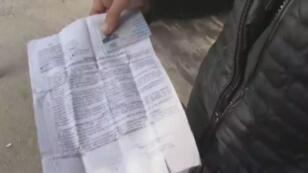 Un migrant algérien explique à France 24 avoir obtenu de faux papiers d'identité par un contact syrien.
