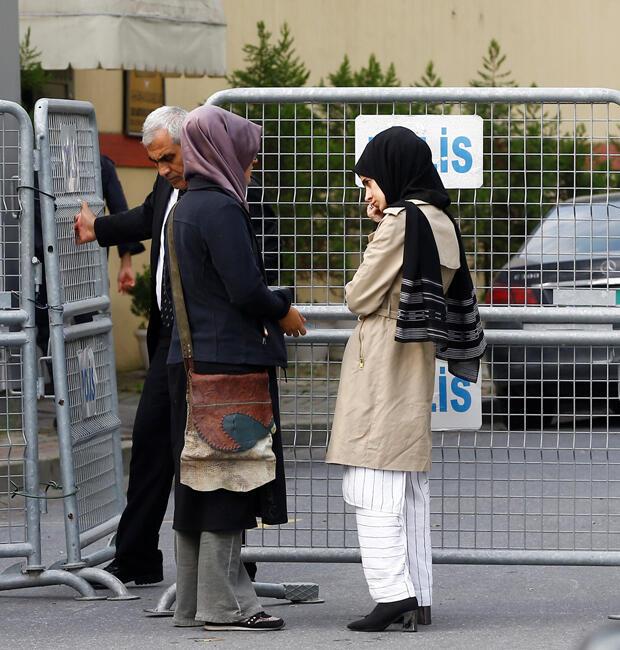 La prometida (izquierda) del periodista saudita Jamal Khashoggi y una amiga esperan fuera del consulado de Arabia Saudita en Estambul, Turquía, el 3 de octubre de 2018.