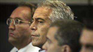 El empresario estadounidense Jeffrey Epstein aparece en el tribunal donde se declaró culpable de dos cargos de prostitución en West Palm Beach, Florida, EE. UU., 30 de julio de 2008.