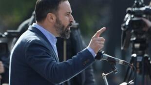 سانتياغو آباسكال زعيم حزب فوكس الإسباني (يمين متطرّف)يلقي كلمة خلال مظاهرة دعا إليها حزبه ضد انفصاليي كاتالونيا في مدريد في 1 كانون الأول/ديسمبر 2018.