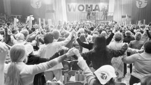 Des femmes se donnent la main lors de la National Women's Conference de 1977, à Houston, aux États-Unis.