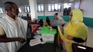 Una mujer deposita su voto en un centro de votación en Nuakchot, capital de Mauritania, el 22 de junio de 2019.