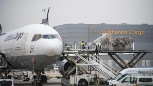 تحميل الشحنات على طائرة شحن تابعة للوفتهانزا في مطار فرانكفورت بتاريخ 25 تشرين الثاني/نوفمبر 2020