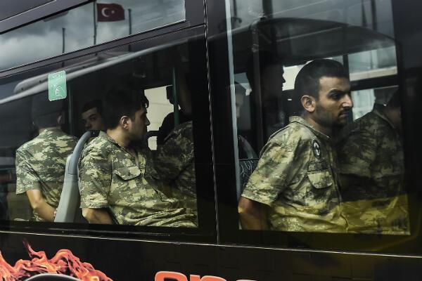 Des soldats turcs arrêtés pour leur participation au coup d'État du 15 juillet 2016, lors de leur arrivée au tribunal d'Istanbul, cinq jours plus tard