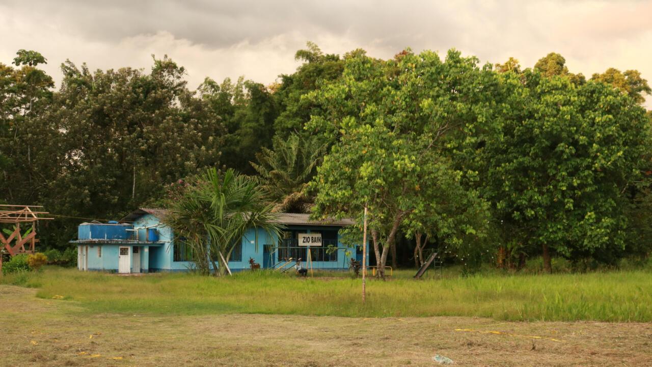 """La escuela del Cabildo Bajo Santa Eelena se llama Zio Bain, que en lengua siona quiere decir """"Gente de Chacras"""" o """"Gente del Campo"""". A pesar de estar ubicada a más de 100 metros de la orilla del río, durante la última crecida del Putumayo los salones se inundaron. Ahora la comunidad busca los recursos para trasladar la institución a una zona más segura."""