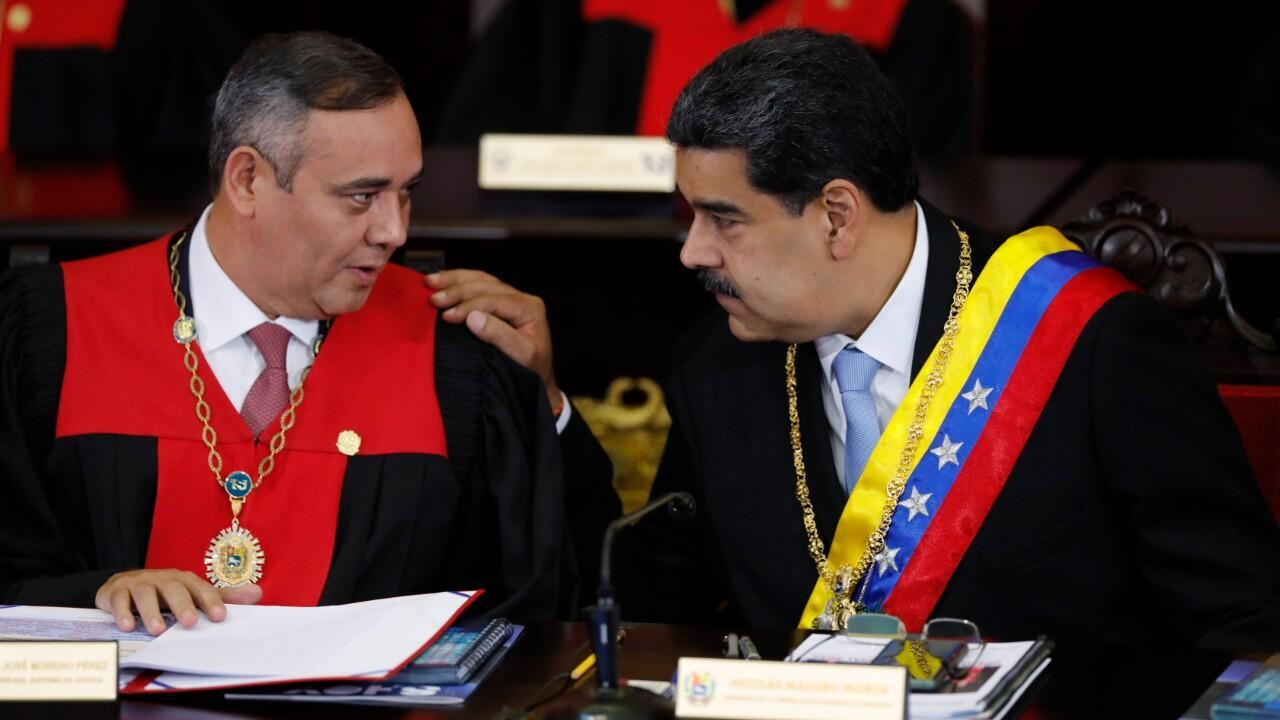 En esta foto de archivo del 31 de enero de 2020, el presidente venezolano Nicolás Maduro, a la derecha, habla con Maikel Moreno, presidente del Tribunal Supremo de Justicia, en Caracas, Venezuela.