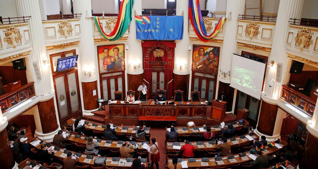 Congresistas bolivianos asisten a una sesión para aprobar  una ley que convoca elecciones en 90 días, en medio de la propagación de la enfermedad por coronavirus. La Paz, Bolivia, el 29 de abril de 2020.