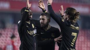 لاعبو برشلونة يحتفلون بالفوز على غرناطة بعد التمديد في الدور ربع النهائي من كأس اسبانيا، في 3 شباط/فبراير 2021