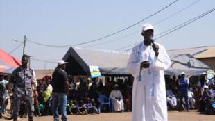 Un leader local tente d'attiser la foule avant les élections législatives togolaises.