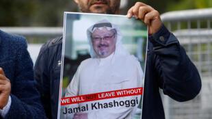 Un manifestante sostiene una foto del periodista saudita Jamal Khashoggi durante una protesta frente al consulado de Arabia Saudita en Estambul, Turquía, el 5 de octubre de 2018.