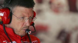 البريطاني روس براون في صورة مؤرخة الثامن من تموز/يوليو 2005، خلاله عمله كمدير تقني لفريق فيراري المشارك في بطولة العالم للفورمولا واحد.
