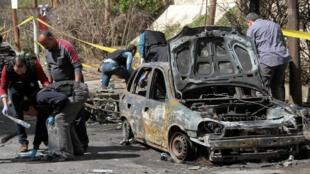 Un equipo forense egipcio investiga el carro bomba que expotó al medeiodía del 24 de marzo de 2018, en Alejandría, Egipto.