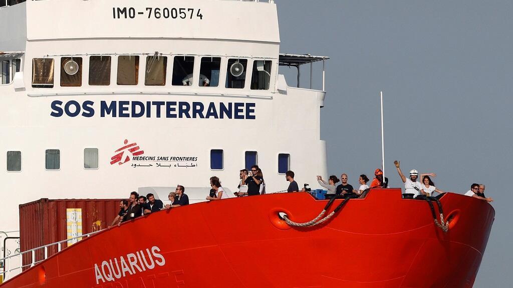 """Tripulantes del barco humanitario Aquarius saludan a su llegada al puerto de Marsella donde realizaron una escala """"técnica no programada"""", el 29 de Junio de 2018."""