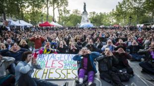 Des participants au mouvement citoyen Nuit debout lors de l'assemblée générale le 15 mai 2016 sur la place de la République, à Paris.