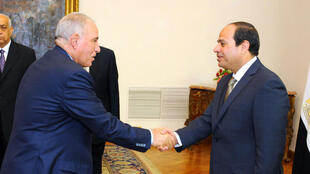 L'ancien ministre égyptien de la Justice,  Ahmed al-Zind (à g.), serrant la main du président Abdel Fattah al-Sissi, le 20 mai 2015.