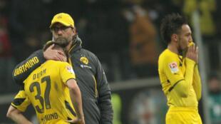 L'entraîneur du Borussia Dortmund, Jürgen Klopp, tente de réconforter ses joueurs.