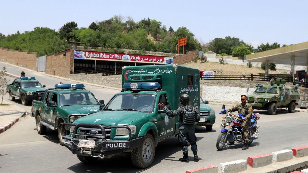 Un grupo de agentes de la policía de Afganistán durante los operativos de atención en la zona del atentado en Kabul, el 4 de junio de 2018.