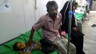 Un enfant reçoit un traitement pour le choléra, dans un hôpital à Khokha, dans l'ouest du Yémen, le 18 avril 2019
