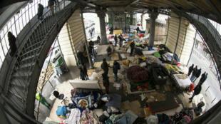 اللاجئون في أحد شوارع باريس