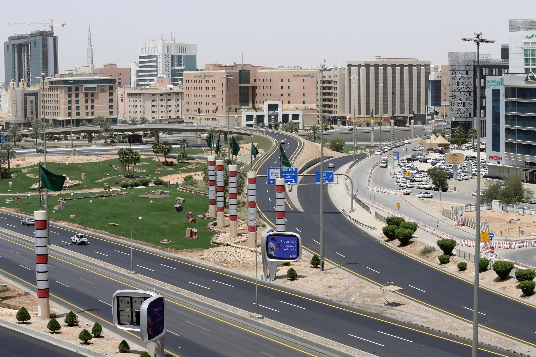 Vista general de Riad durante el toque de queda de 24 horas dispuesto en la capital y grandes ciudades de Arabia Saudita para contener el brote de Covid-19, el 7 de abril de 2020.