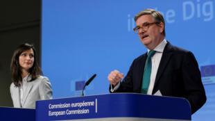 La comisaria europea de Sociedad Digital, Mariya Gabriel (izquierda) y el comisario europeo de Seguridad, Julian King (derecha) ofrecieron detalles sobre las iniciativas para contrarrestar las noticias falsas el 26 de abril de 2018.