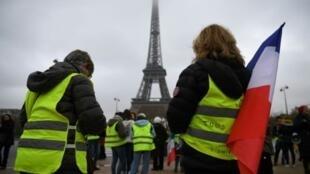"""محتجون في حركة """"السترات الصفراء"""" أمام برج إيفل في باريس في 20 كانون الثاني/يناير 2019"""