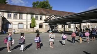 Los niños llegan a la escuela en Estrasburgo el 22 de junio de 2020.