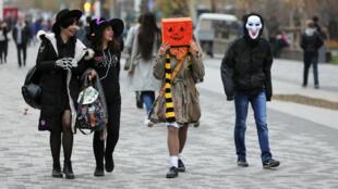 Millones de personas exhiben su creatividad al disfrazarse en Halloween, una festividad con orígenes religiosos