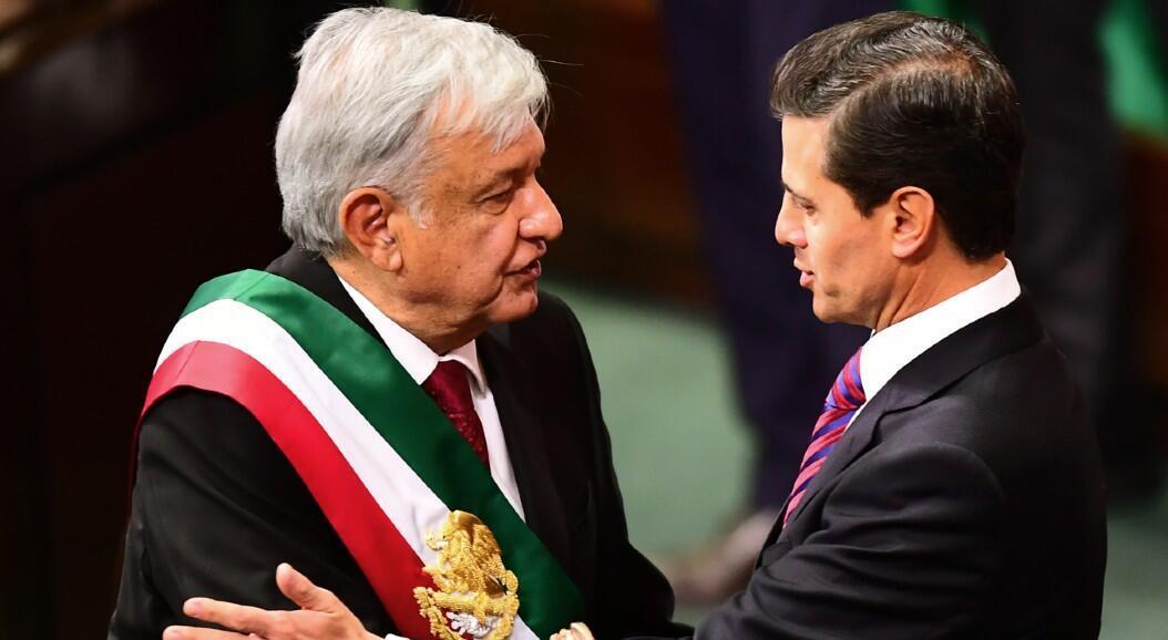 El presidente saliente de México, Enrique Peña Nieto, saluda al nuevo mandatario, Andrés Manuel López Obrador, durante la ceremonia de posesión en Ciudad de México,  en una imagen de archivo del 1 de diciembre de 2018.