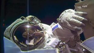 Captura de pantalla de la NASA TV que muestra al astronauta de la ESA Thomas Pesquet en un lanzamiento fuera de la ISS, el 24 de marzo de 2017