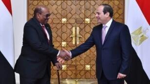 صورة وزعتها الرئاسة المصرية في 19 مارس للقاء الرئيس عبد الفتاح السيسي مع نظيره السوداني عمر البشير في القاهرة.