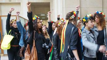 Les Femen arrivent au tribunal de Paris les poings levés.