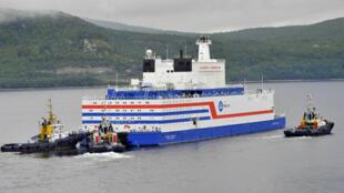 L'Akademik Lomonosov, la première centrale nucléaire flottante au monde, quitte Mourmansk, le 23 août 2019.