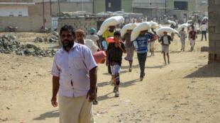 Distribution d'aide alimentaire dans un camp de déplacés au Yémen, dans la province de Hajjah, dans le nord du pays, le 12 janvier 2021.