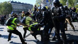 Heurts entre manifestants et membres des forces de l'ordre lors de l'acte 23 du mouvement des Gilets jaunes, à Paris.