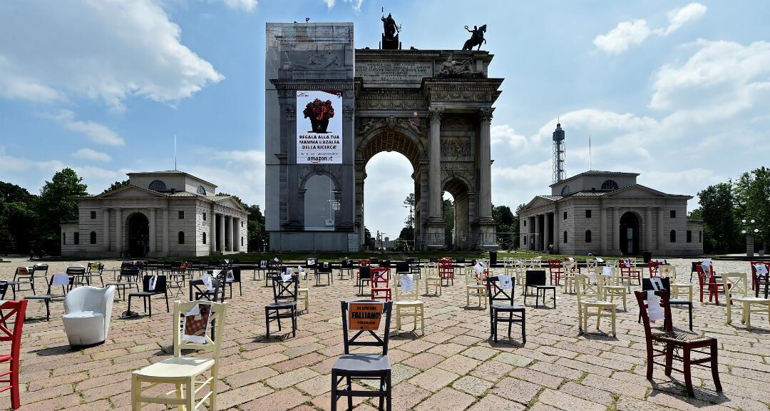 © Sillas vacías frente a Arco della Pace como parte de una protesta organizada por los restauradores, luego del brote de coronavirus, en Milán, Italia , el 6 de mayo de 2020.