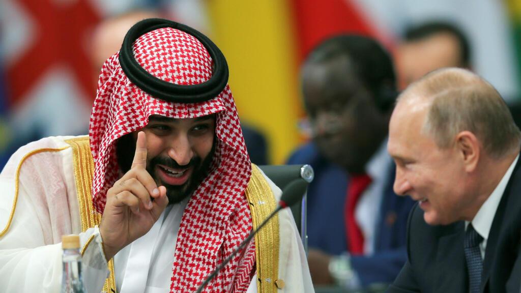 El príncipe heredero de Arabia Saudita, Mohamed bin Salmán, habla con el presidente de Rusia, Vladimir Putin, durante la apertura de la cumbre de líderes del G20 en Buenos Aires, Argentina, el 30 de noviembre de 2018.
