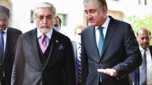 صورة نشرتها وزارة الخارجية الباكستانية للوزير شاه محمود قرشي (يمين) وبجانبه  عبد الله عبد الله، المسؤول الحكومي الأفغاني المكلّف الإشراف على عملية السلام الجارية بين كابول وطالبان في إسلام أباد في 28 أيلول/سبتمبر 2020