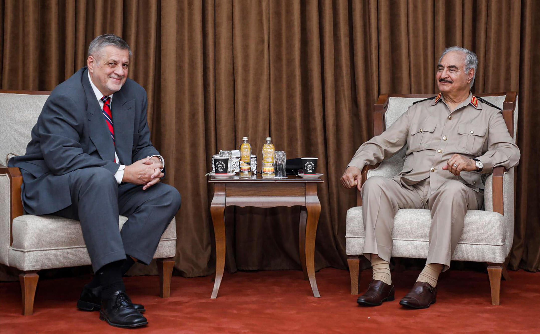 صورة نشرتها صفحة تتبع المشير خليفة حفتر على فيسبوك بتاريخ الأول من حزيران/يونيو تظهر رجل شرق ليبيا القوي مع المبعوث الأممي يان كوبيش خلال لقاء بينها في بنغازي