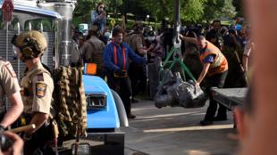 Empleados públicos retiran una estatua de Cristóbal Colon derribada en St Paul (Minnesota), Estados Unidos, el 10 de junio de 2020.
