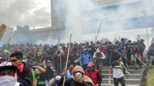Des manifestants chassés du Parlement de Quito, le 8octobre2019.