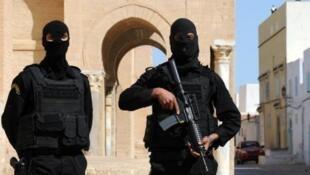 عنصران من قوة خاصة بالشرطة أمام مسجد في القيروان وسط تونس