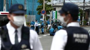 رجال شرطة في المكان الذي قام فيه شخص بطعن واقفين في محطة حافلات في كاوازاكي، 28 مايو/أيار 2019