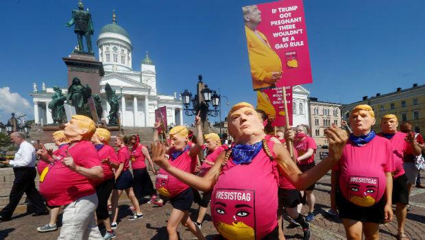 Cientos de personas participaron en las protestas contra las políticas del presidente estadounidense, Donald Trump, poco antes de la cumbre con el mandatario Vladimir Putin en Finlandia el 16 de julio de 2018.