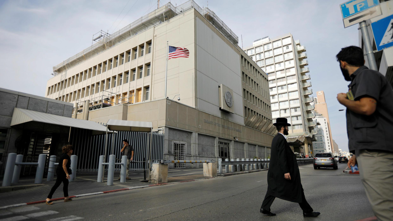 Gente camina en los alrededores de la Embajada de Estados Unidos en Tel Aviv, Israel, el 5 de diciembre de 2017.