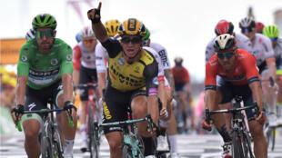 Le Néerlandais Dylan Groenewegen célèbre sa victoire en franchissant la ligne d'arrivée de la septième étape du Tour de France, le12juillet2019.